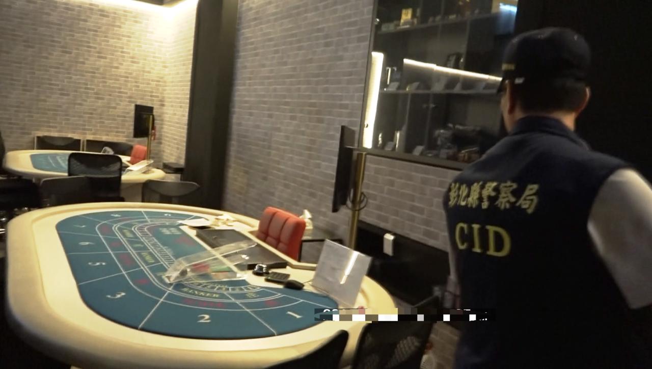 彰化警方在員林市大同路一家餐廳的2樓,查獲用撲克賭博的遊戲場。記者何烱榮/攝影